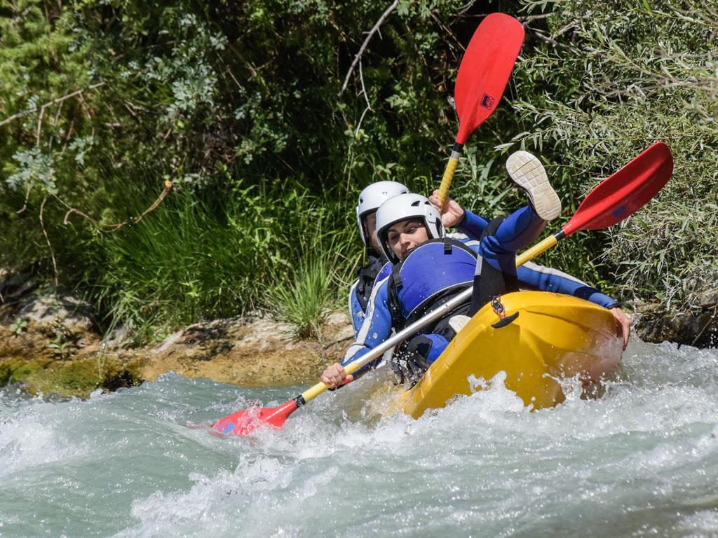 Kayak en rio en familia Pirineo de Huesca